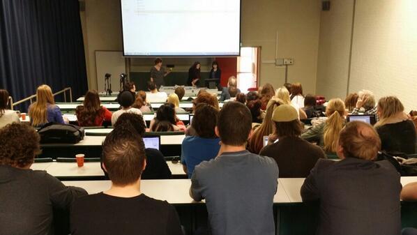 Grote drukte in de collegezaal van de #fhj #fontys voor de eindpresentaties van #projectOI http://t.co/CsE9EwKmk4