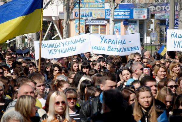 Жители Донецка встали на защиту флага Украины - Цензор.НЕТ 7730