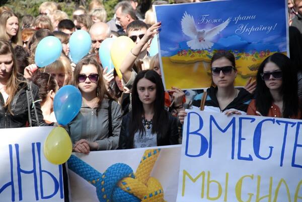 Жители Донецка встали на защиту флага Украины - Цензор.НЕТ 8326