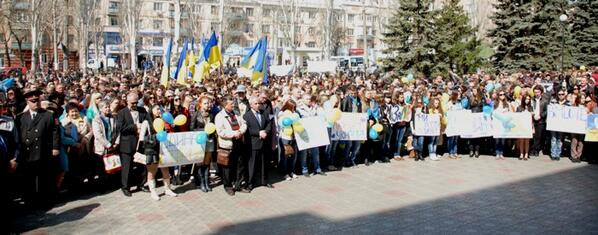Жители Донецка встали на защиту флага Украины - Цензор.НЕТ 3204