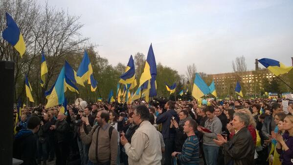 Жители Донецка встали на защиту флага Украины - Цензор.НЕТ 4958