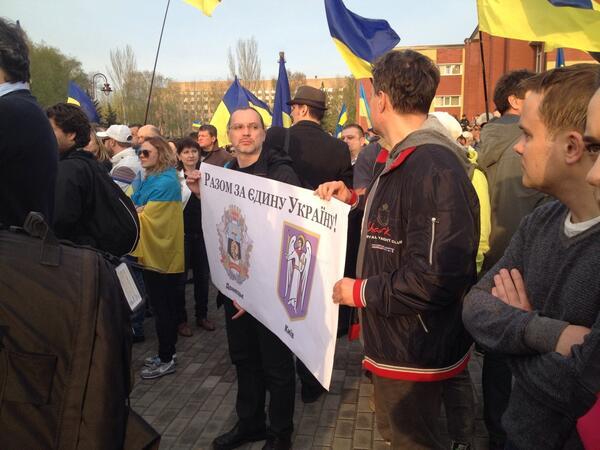 Жители Донецка встали на защиту флага Украины - Цензор.НЕТ 5789