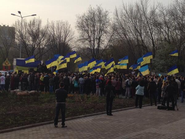 Жители Донецка встали на защиту флага Украины - Цензор.НЕТ 4008