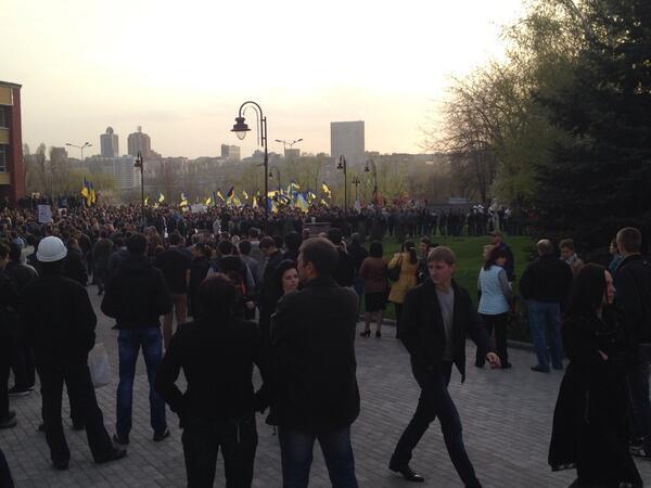 Жители Донецка встали на защиту флага Украины - Цензор.НЕТ 8508