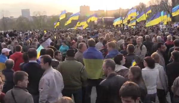 Жители Донецка встали на защиту флага Украины - Цензор.НЕТ 7549