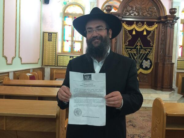 Chief rabbi of Donetsk showing a notice to local Jews telling them to register with authorities or be deported. #cbc http://t.co/x6s3pCF7Bw