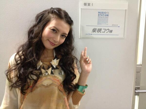 楽屋前で可愛い服装と笑顔の柴咲コウ