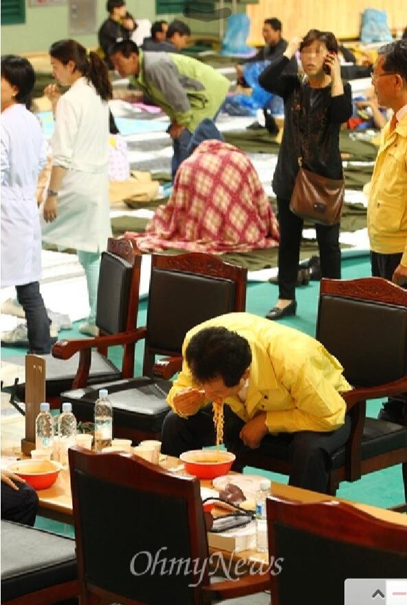 이 사진 봐라!희생자가족들은 바닥에 웅크리고 있는데,의전용 의자/탁자가 마련되어 있고,교육부 장관은 시찰용 점퍼를 입고 라면을 퍼먹고 있다.대한민국을 좀먹는 관료주의/형식주의가 극단적으로 드러난 혐오풍경이다. http://t.co/L4i7TjeveJ