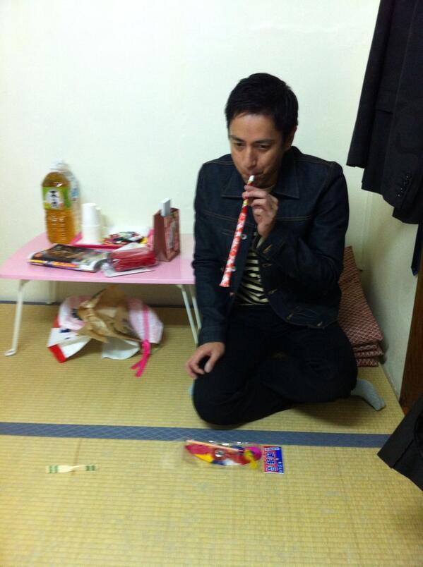 楽屋の隅っこでおもちゃで遊ぶ独身男性(39歳)。。 http://t.co/9gubiDk9p5