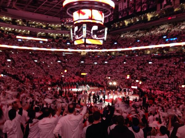 Canadian anthem singer stops halfway, holds up mic, crowd sings the rest. Incredible. Oh, Canada indeed http://t.co/TxnhQYRZK1