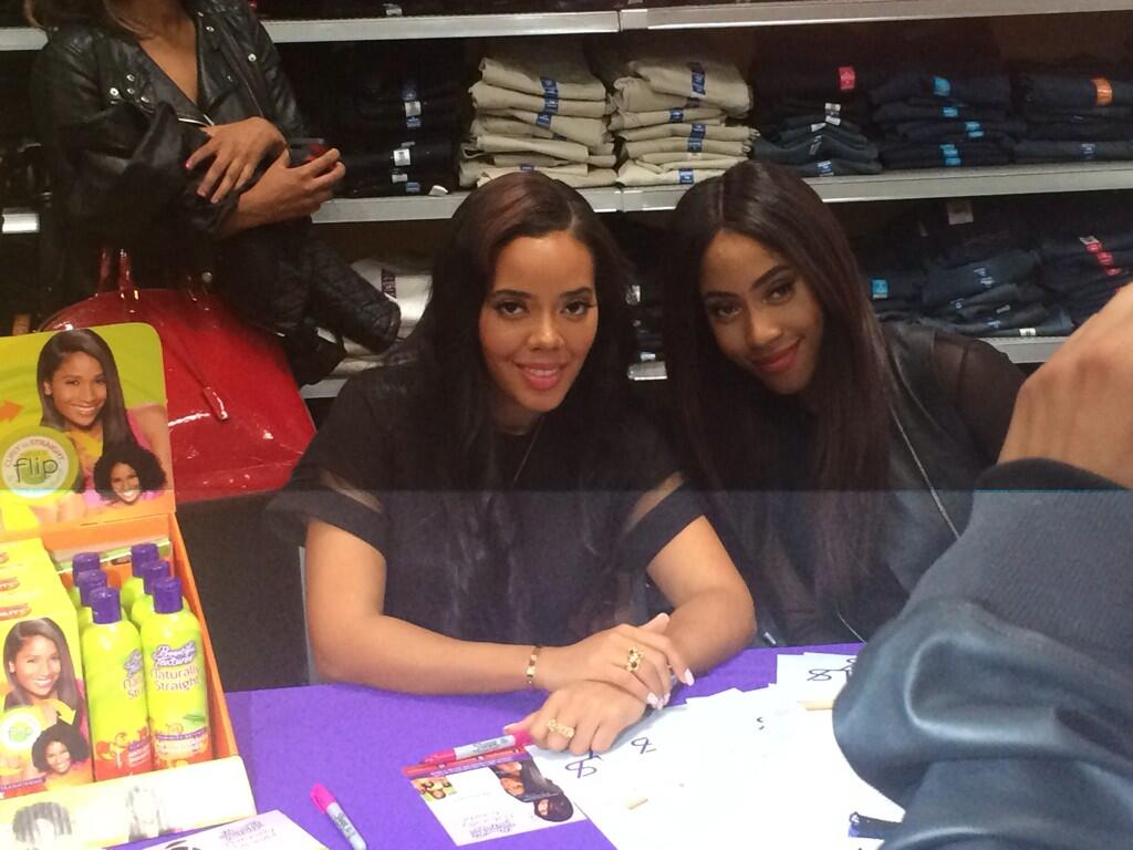 RT @LovinMyTextures: Beauties, @AngelaSimmons & @sevyn signing autographs with CHI-town fans! Special thanks to @Walmart & @WGCI! #TryTMS h…