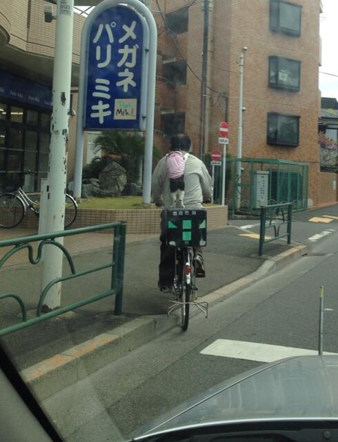 今車から考えられない光景を目にしてしまった!!おじさんの自転車に猫が立ち乗り!!横から撮りたかったけど間に合わなかった!! pic.twitter.com/oNna9asd7Q