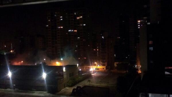 Está pasando: 9:15pm Barquisimeto: Inicia enfrentamiento y reprimen a manifestantes con lacrimogenas http://t.co/hFGeZdnejq