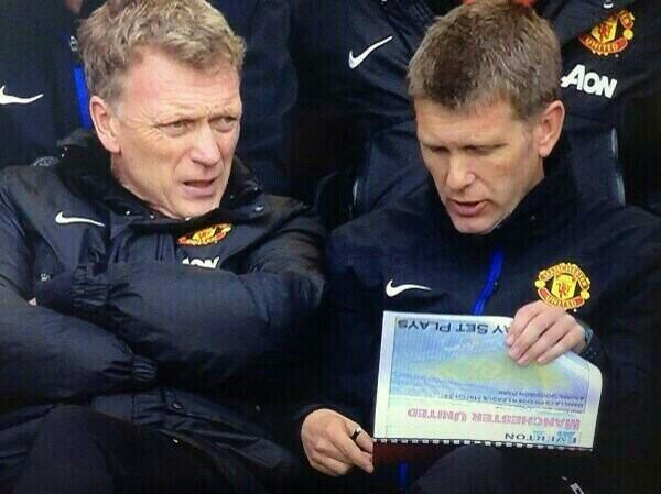 To even have a printed manual on set plays  is embarrassing, to bring it out mid game is totally clueless #mufc http://t.co/qOlaQhkdlV