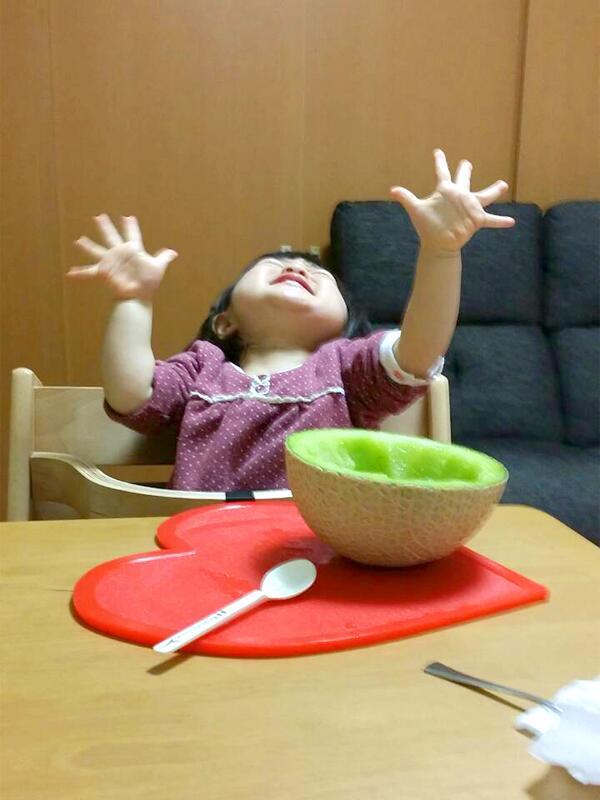 初めてメロンを食べた娘の反応が想像を超えていたのですが、何のポーズだこれは。毎日シアワセそうでなによりです。 pic.twitter.com/dnjZEyqH2z