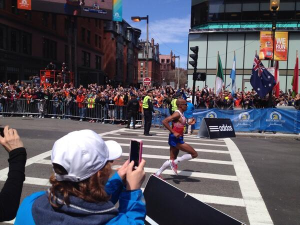 Crowd goes nuts, chants USA as Meb crosses the finish line #WLMarathon http://t.co/JcqXs1hMGw