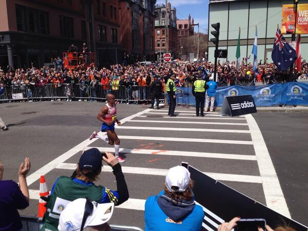 The men's winner,  Meb Keflezighi. This  crowd is so loud. #WLMarathon #BostonMarathon http://t.co/6LhJ7zhbbe