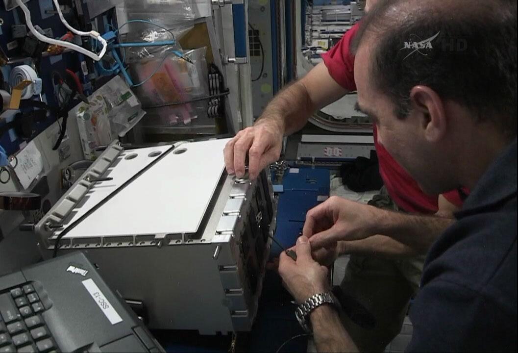 [ISS]EVA 26 - Remplacement du MDM EXT-2 défectueux - 23 avril 2014 BlwoobDCYAE_y7c