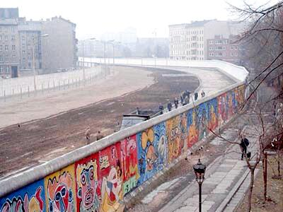 @KQEDedspace Berlin Wall was the biggest graffiti around the world. I love it! #DoNow_urjc #DoNowgraffiti http://t.co/uXxqnRy1j2