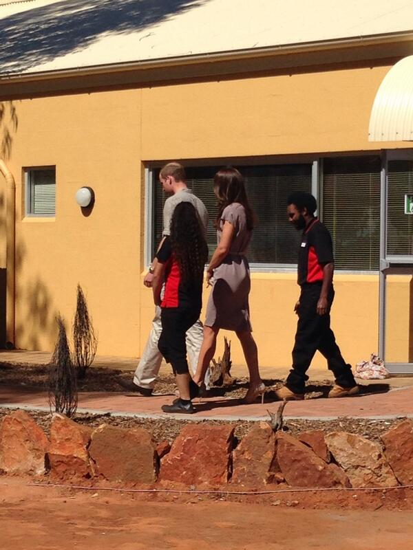 Kate and will walking in Uluru #Royals #RoyalVisitAus #KateMiddleton #dukeandduchessofcambridge  http://t.co/jRpEkyxUlr