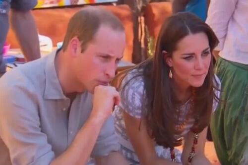 William & Kate at the Uluru Cultural Centre, looking at paintings made from wallaby droppings #RoyalVisitAus http://t.co/KaT3zHb6Gg