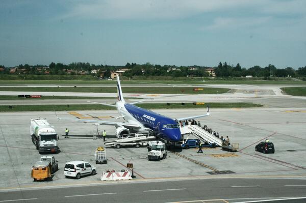 Amici di @AirMoldova_MD in partenza da #Bologna: che bella la vostra livrea! :) http://t.co/rlT1oR5aCu