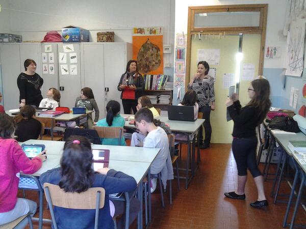 @LindaIerardi #formazioneautentica Chi sta documentando i docenti in formazione?Alunna con tablet. Che tempi!