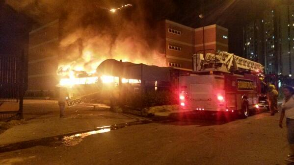 Thumbnail for [FOTOS] ¡ULTIMA HORA!: Colectivos roban e incendian la Universidad Fermín en #Barquisimeto #5M