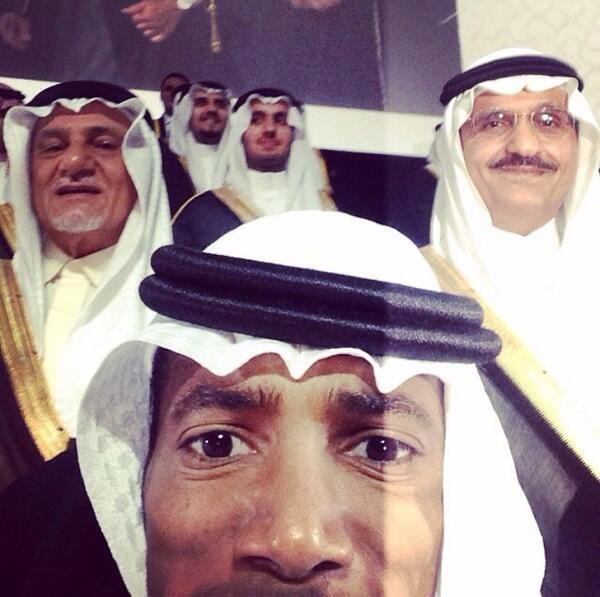 سيلفي تذكاري احتفالاً بترجي بمرتبة الشرف من جامعة الفيصل والحمدلله مع الأمير تركي الفيصل وأمير الرياض خالد بن بندر http://t.co/BEQN7BiqPl