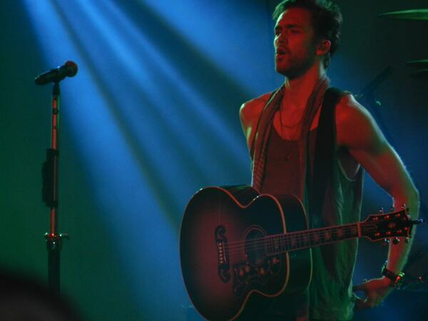 this has got to be my favourite picture that i took of @LawsonAndy tonight, amazing http://t.co/uSNFUPEsvi