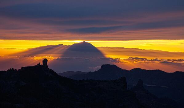 Mooola! RT @holyber: La majestuosa #sombra del #Teide. @canarias_es @EmocionesCan @SoydeGC @7IslasCanarias @canaryfun http://t.co/3DUkhPGF5Q