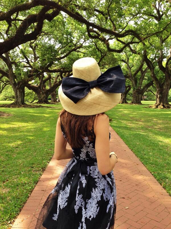 Visiting @oak_alley today calls for a very BIG hat #wheninthesouth @Anthropologie http://t.co/QApvC0Jf6X