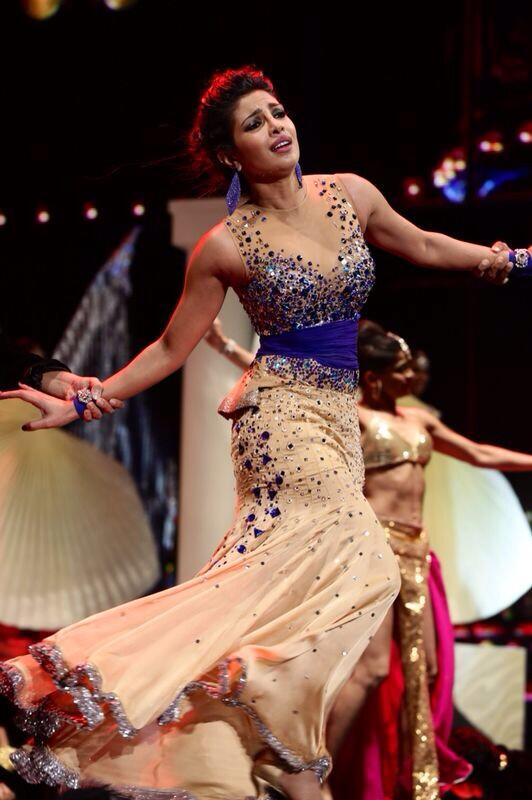 Not only is she absolutely stunning, but @priyankachopra is an amazingly talented artist all around @IIFA #iifa http://t.co/5K2q7KFm9q