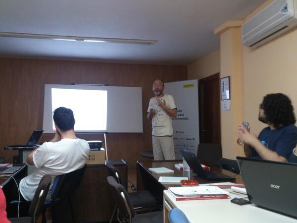 Fernando Reche nos presenta la potente herramienta R #periodismodatos #OpenData #jpd14 #jpd14a http://t.co/HJrJ253y0W