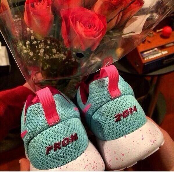 how to ask a girl to prom with flowers