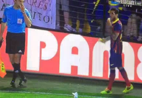 Incredible! Villarreal fan throws banana at Barcelonas Dani Alves; Brazilian picks it up and eats it [Video]