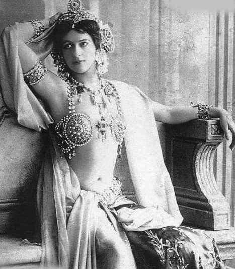 1906年、ダンスの衣装を纏ったマタハリ(1876-1917)。1893年のシカゴ万国博覧会、中東諸国やマグレブ出身のダンサーによるダンスが披露され、大きな反響を呼んだ。その後、模倣されたダンスがバーレスクなどで公演された。