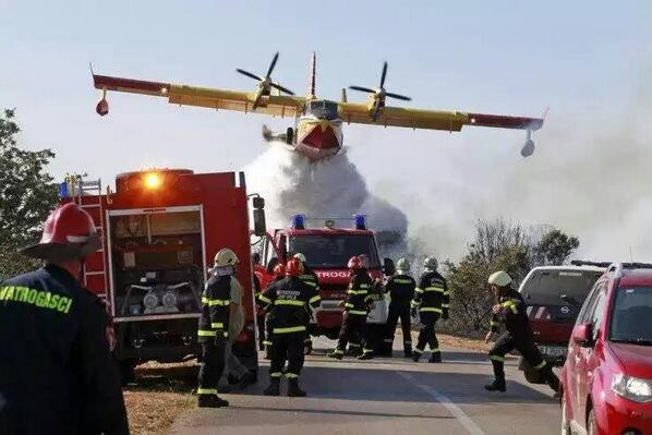 Never start a water fight with #wildland firefighters! #airtanker http://t.co/ZjmqIo5lx3