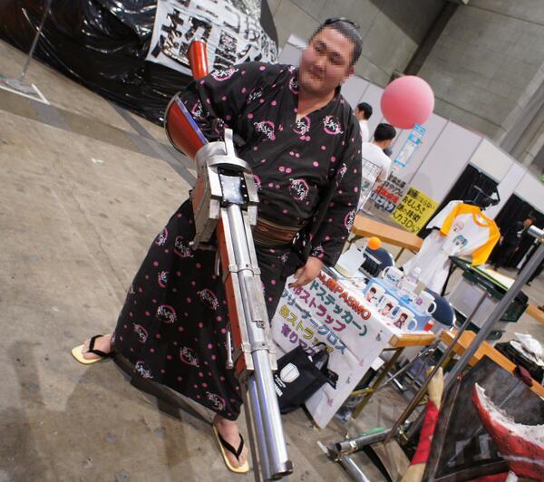 これをもてるだけのパワー! QT @yuya_ha: 金属製ガンランスを作って5年以上になるけど、はじめてガンランスっぽく持ってくれました。さすが超会議。さすがお相撲さん。めっちゃかっこいい。 http://t.co/nnTy2yo9lC