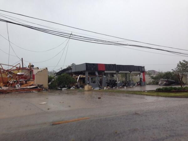 Tupelo tornado damage just now. #tupelo #tornado http://t.co/f0RpwhqTyf