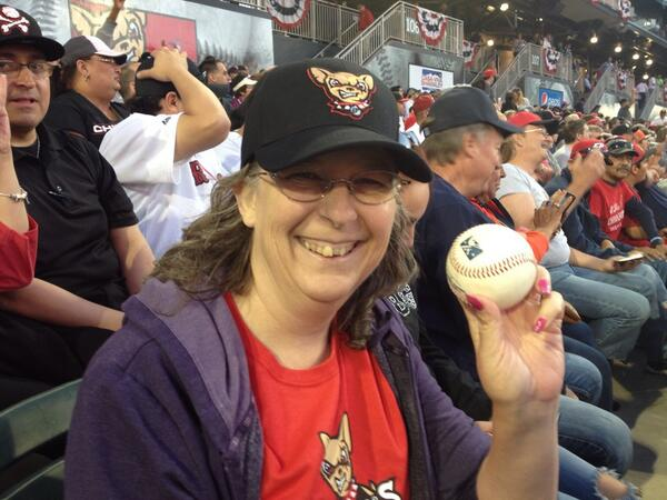 Melanie Young is the first fan to catch a foul ball at the new ballpark. And she had a broken foot. #epbaseball http://t.co/yznWOuK9km