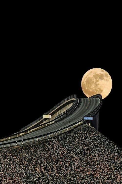 Spettacolare Foto di Luna piena sull'autostrada norvegese