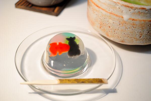 今日の和菓子は「金魚すくい」。これも食べるのがもったいないくらい綺麗。ぷるんぷるんの和風ゼリーです。見ているだけで涼しい! http://t.co/vzdbEUDH4m