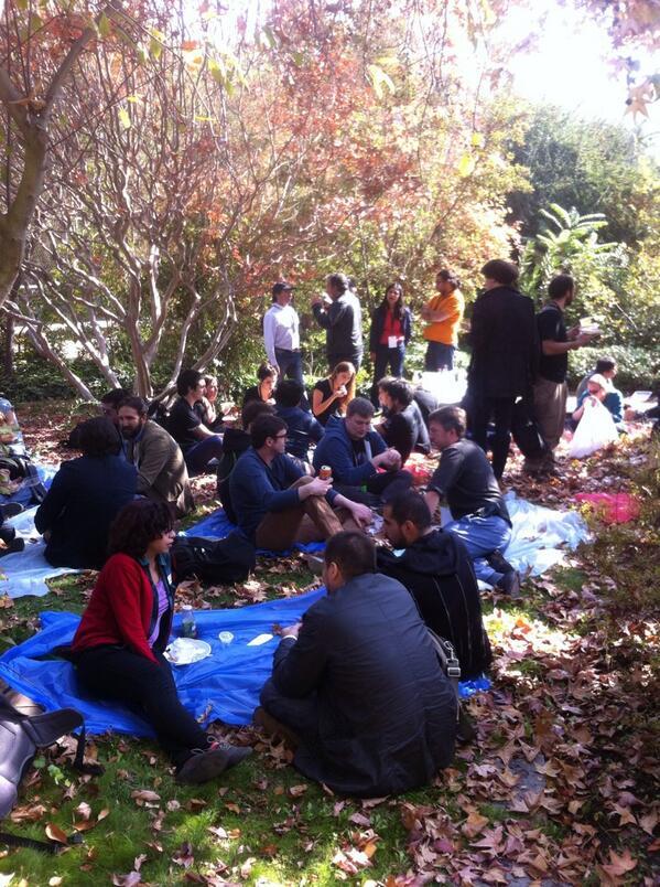 Lunch time en el #PoplusCon estilo picnic! Pronto regresaremos con más sesiones! http://t.co/fqiAdYbqhP