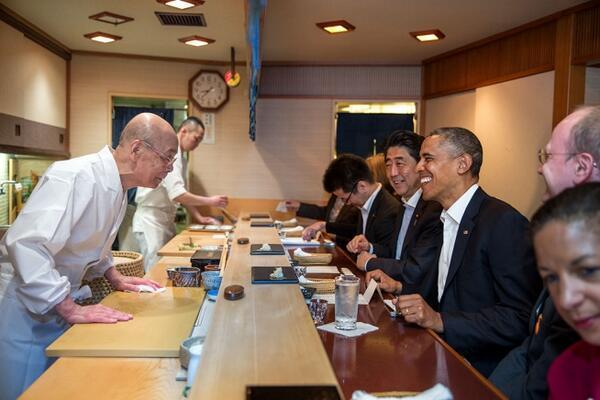 POTUS w/sushi master Jiro Ono, owner Sukiyabashi Jiro during dinner w/PM Abe in this newly released @PeteSouza photo http://t.co/tUTizmjZXK