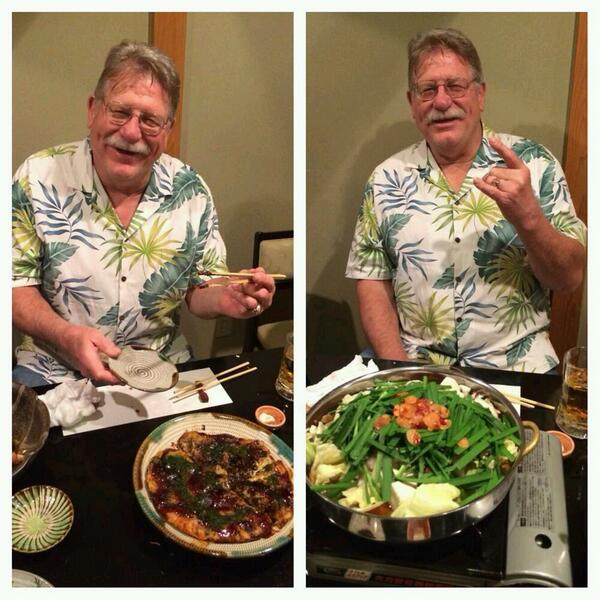 【不沈艦・福岡上陸中!】本日、日本での観光を堪能したハンセン氏。夜は福岡市内の和食の超有名店で、裏メニューとなっているお好み焼きと、初体験のもつ鍋に大興奮だウィ~~ッ!! #njpw http://t.co/wUJeHhhIst