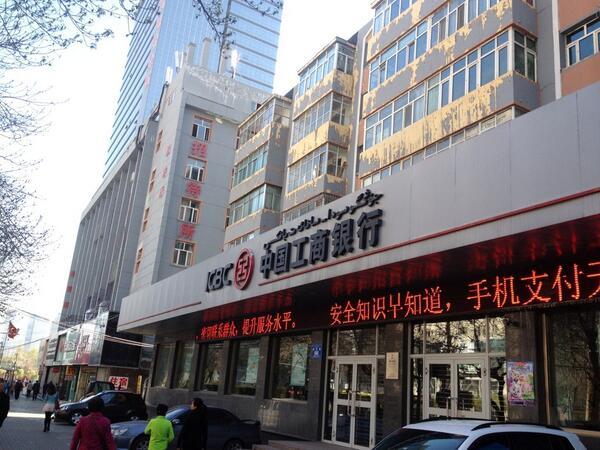 ウルムチなう。文字表記はウィグル語と中国語併記。昨日は爆発があったが、市内は平和の日常。インタネットが遮断されてないかと心配したけど、びっくりすることにスピードは日本並みに速い。北京より遥に遥に速い。 http://t.co/73u2DYIRJ2