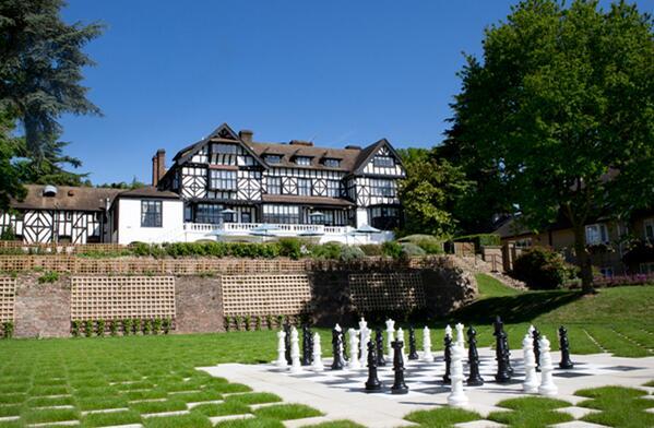 泊まってみた~い♪ 『英国の #古城ホテル&#マナーハウス』 ➡ ↓ロンドン郊外「ローラ・アシュレイ・ザ・マナー」 16世紀チューダー様式の建物。全てローラアシュレイによる美しい内装です♪