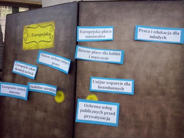 Członkinie i członkowie @Zieloni zawiesili swoje postulaty na symbolicznych drzwiach Unii Europejskiej. http://t.co/yK4x7cRpkp