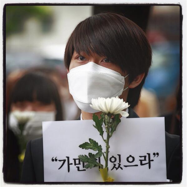 #가만히있으라 는 말에, 우리 정말 이대로 가만히 있어도 되는걸까요? #stay #right #there #세월호 #sewol #prayforsouthkorea #seoul #silent #protest http://t.co/fOCXCSiMuc